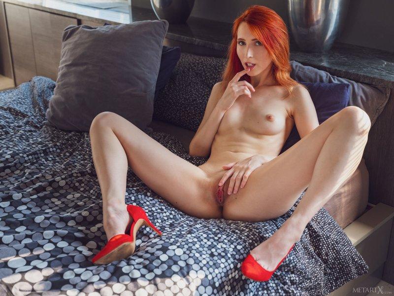 Рыжая девушка дрочит бритую киску - фото