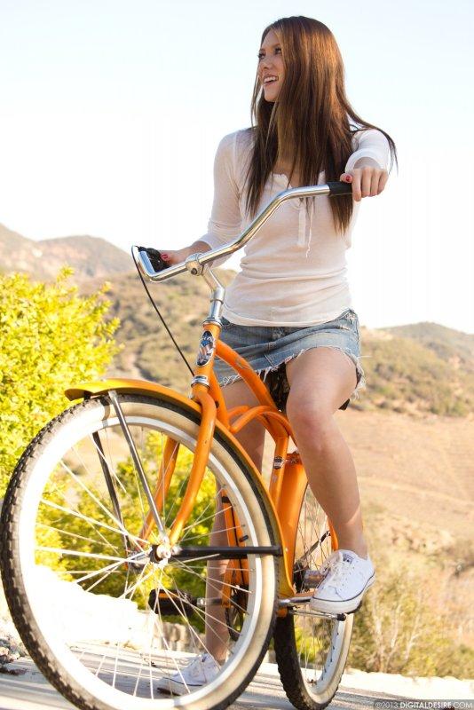 Девушка на велосипеде засветила голую письку - фото