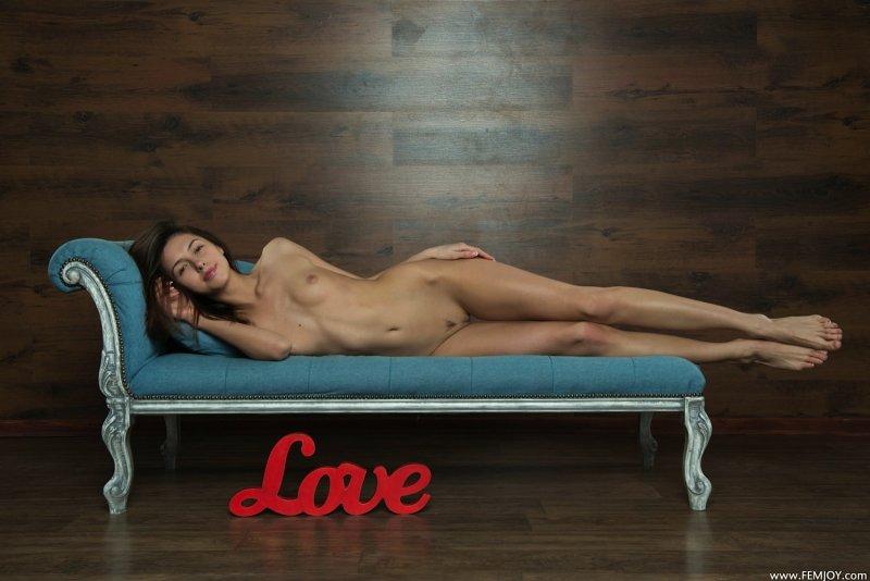 Голенькая красотка с длинными ногами - фото