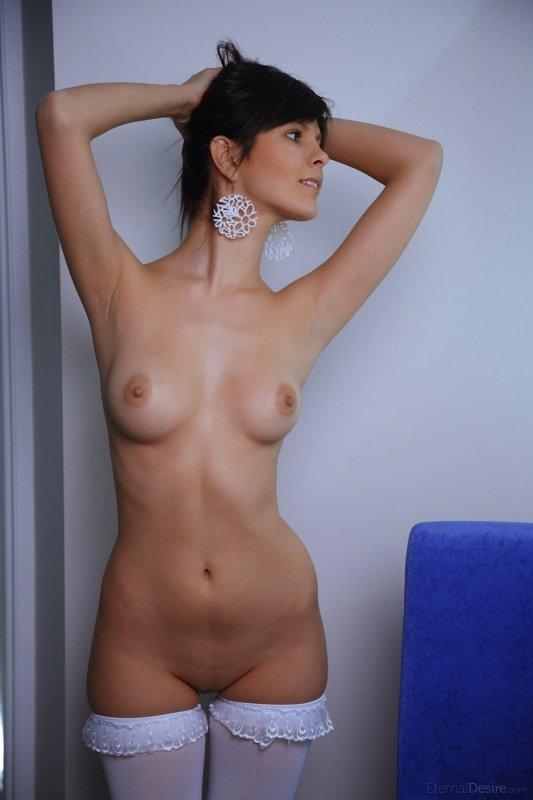 Симпатичная девушка в чулочках  - фото