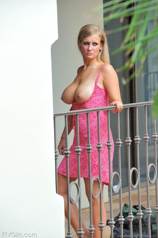 Блондинка с огромными буферами  - фото