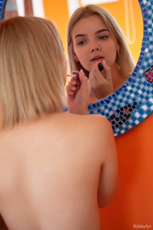 Блондинка с красивыми ягодицами в спальне - фото