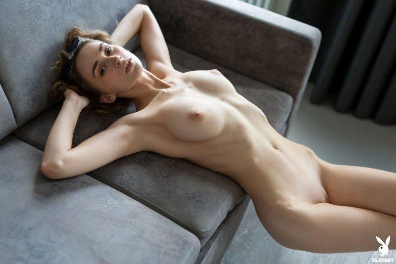 Девица с торчащими натуральными сиськами - фото