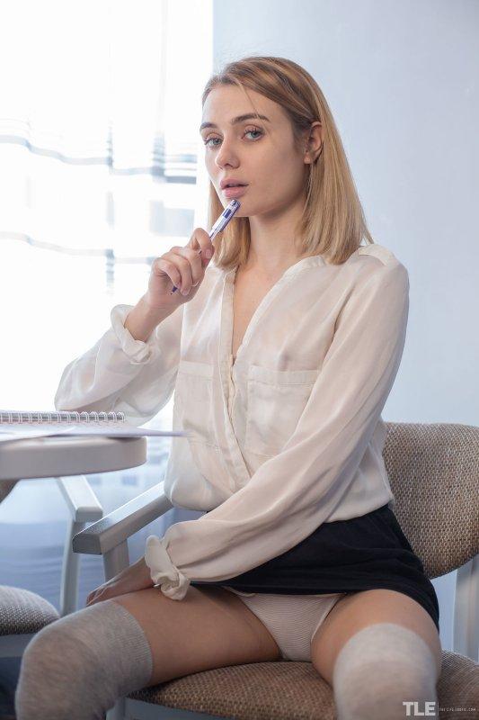 Бандаж на скромной голой девушке - фото