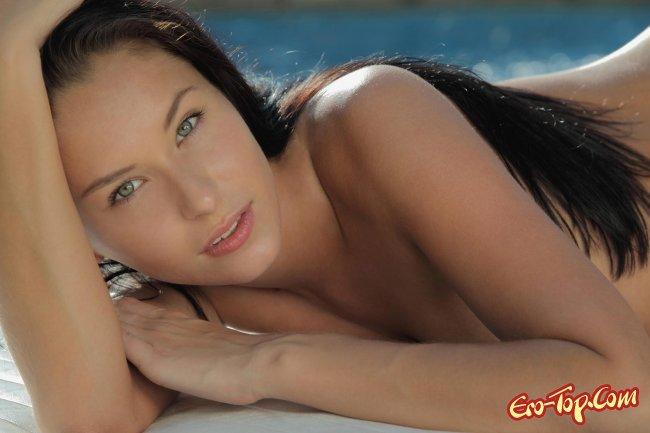 Гибкая голая девушка у бассейна. Фото эротика.