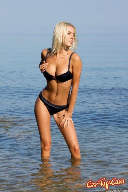 Голая блондинка на море - фото эротика с красивой девушкой.