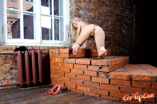 Голая блондинка в чёрных чулках - фото эротика.