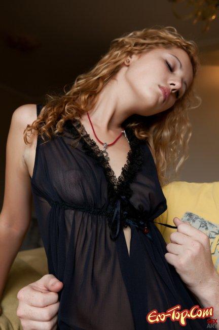 Голенькая блондиночка молодая и кудрявая. Фото эротика с милой девушкой.