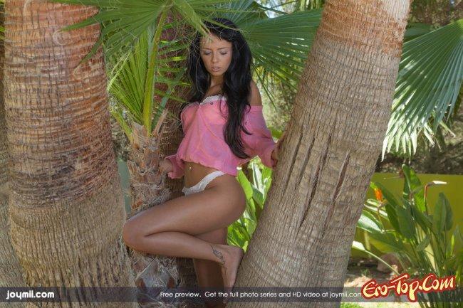 Голая на курорте мастурбирует под пальмой. Фото эротика.