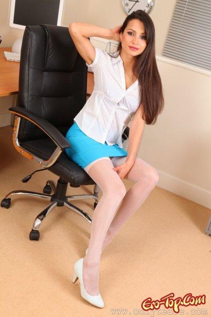 Развратная секретарша в белых чулках разделась в офисе. Фото эротика.