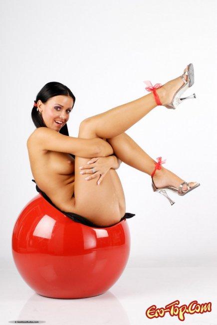 Голая брюнетка с хвостиками - фото эротика.