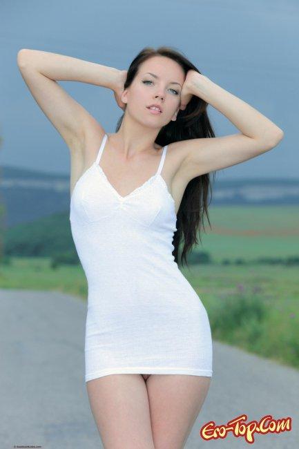 Молодая голая девушка на дороге. Фото эротика.