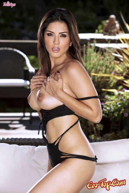Sunny Leon - эротическая модель студии Twistys показывает киску. Фото.