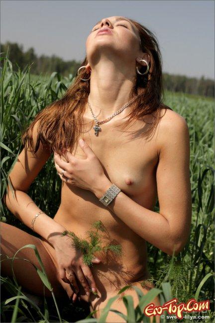 Sweet a - русская голая красавица в поле. Фото эротика.