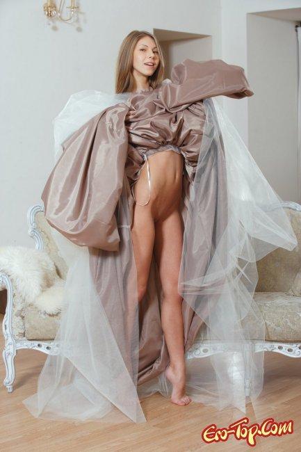 Эротика в платье фото красивой девушки. Блондинка Abby.