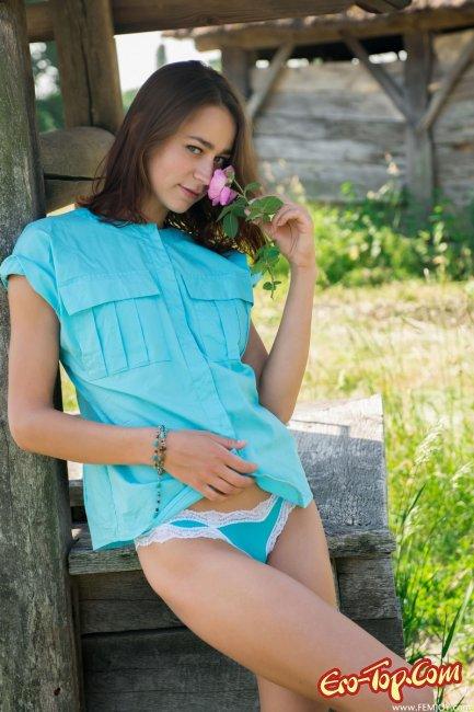 Молодая, голая девушка в деревне. Фото эротика.