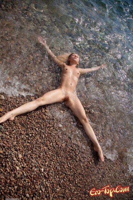 Голая девушка на море купается голышом. Фото эротика.