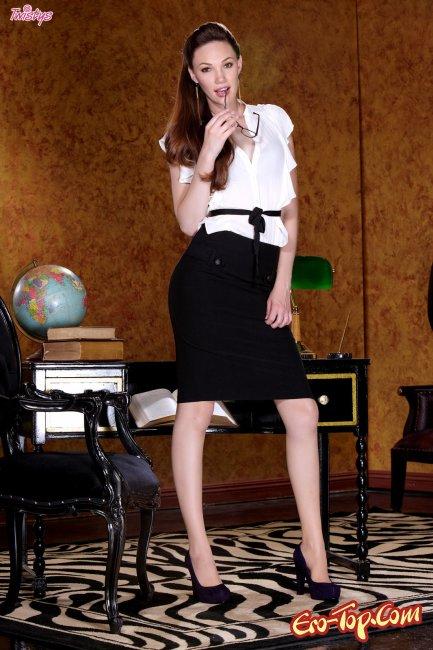 Молодая голая училка Aria Amor. Фото эротика.