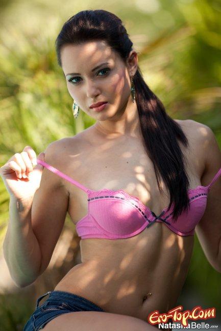 Natasha Belle - фото сексуальной голой брюнетки с хвостиком.