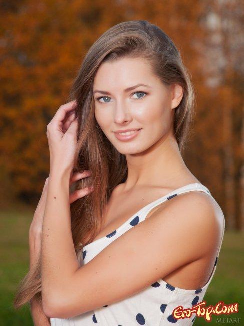 Девушка с очень красивой грудью - фото эротика.