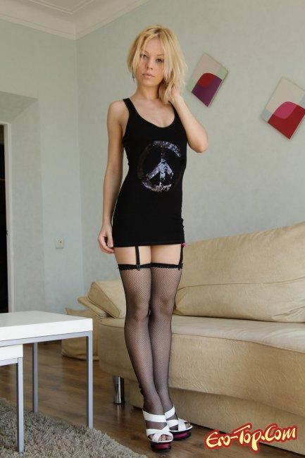 Сексуальная блондинка в чулках - фото эротика.