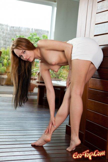 Секси голая блондинка - фото эротика.