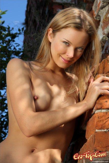 Красивая блондинка с маленькой грудью. Смотреть фото.