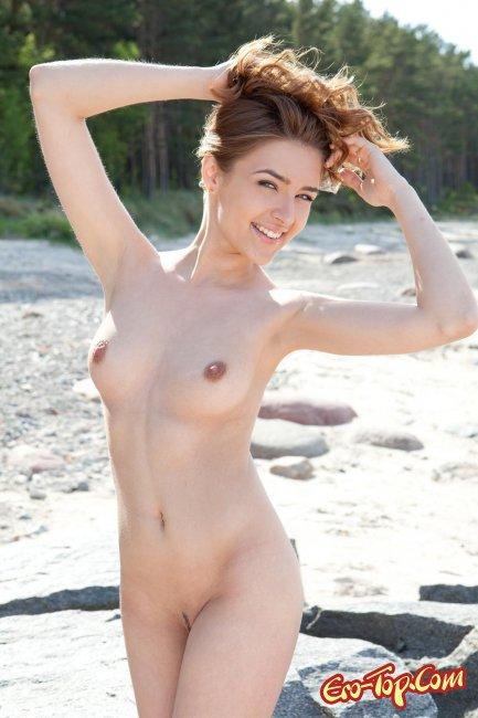 Голая красавица на берегу - фото эротика.