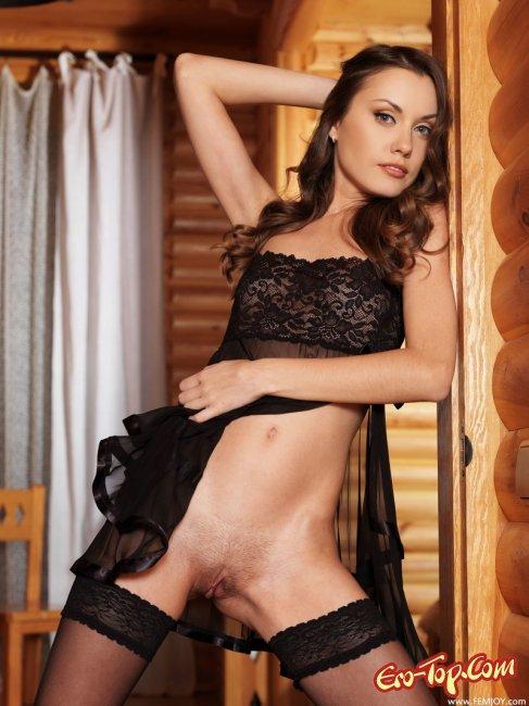 Красивая девушка в чёрных чулках - фото эротика.