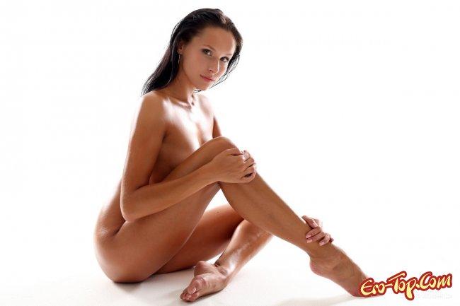 Голая, гибкая девушка на высоких шпильках - фото эротика.