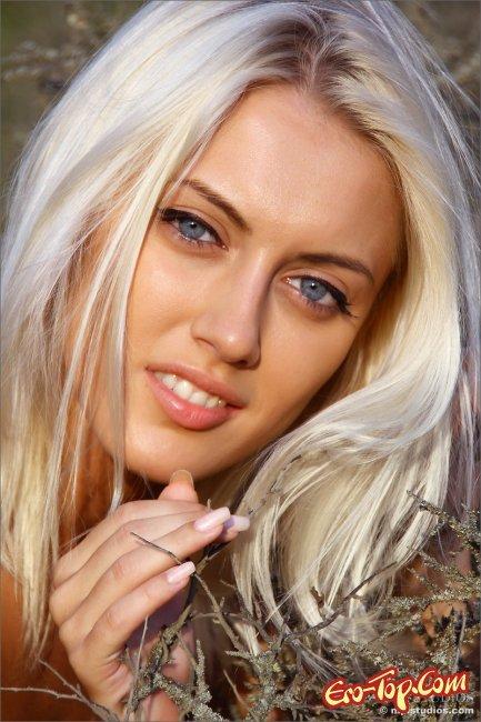 Красивая блондинка разделась. Фото эротика от MPL Studios.