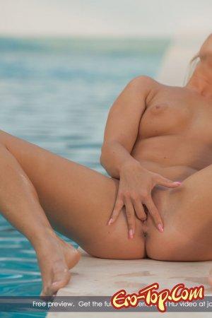 Пальчики в киску - голая блондинка у бассейна. Фото.