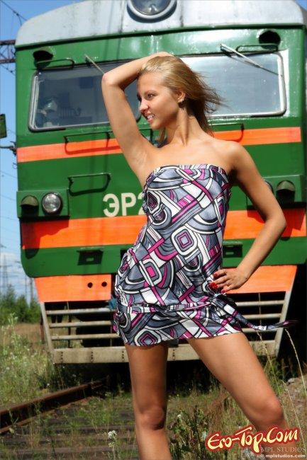 Стройная блондиночка голая на вокзале. Фото эротика.
