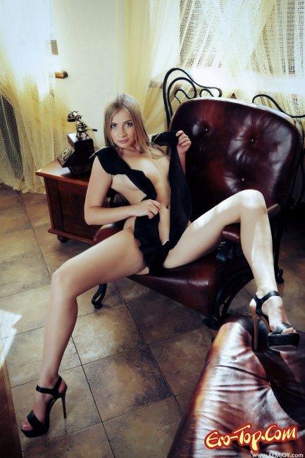 Блондинка с красивой попой. Фото эротика.