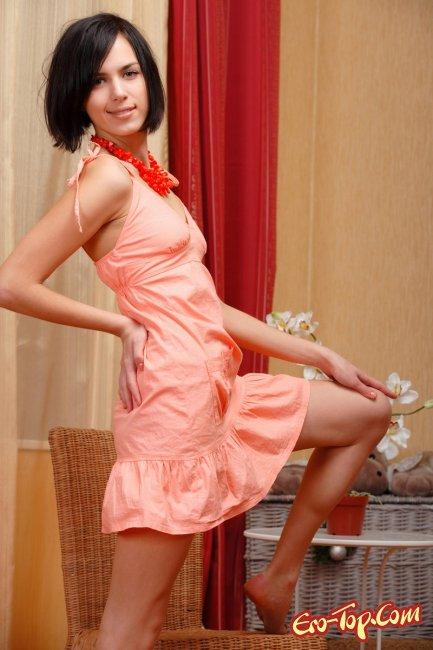 Красивая брюнетка с каре и красивой киской. Фото эротика.
