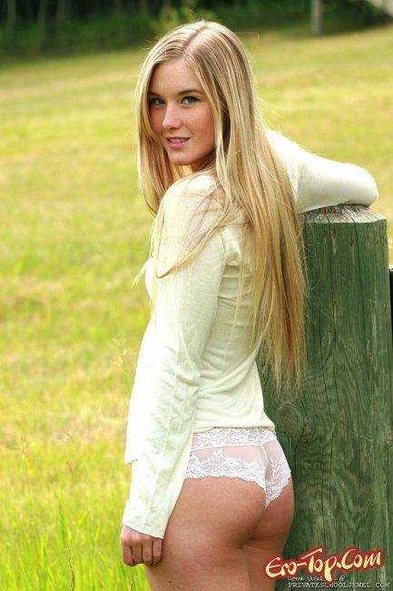 Голая девушка с фермы - яркая фото эротика.
