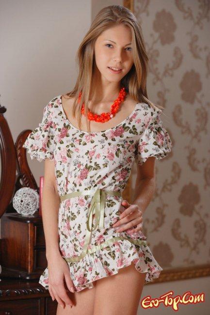 Молодая девушка снимает платье - фото эротика.